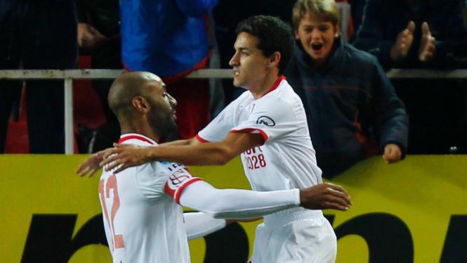 Pemain Sevilla Frederic Kanoute (kiri) dan Jesus Navas