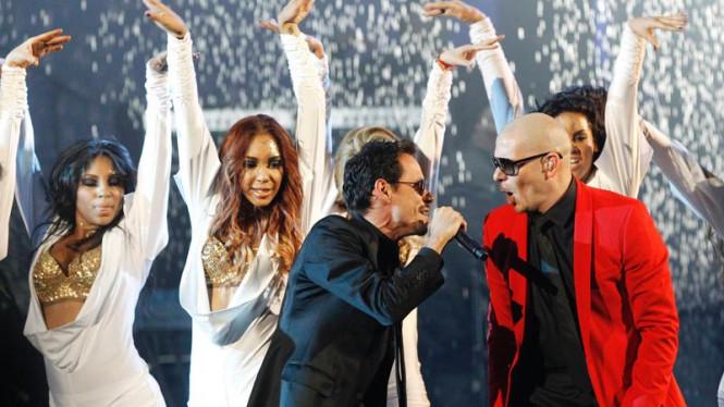 Marc Anthony dan Pitbull di panggung 2011 American Music Awards