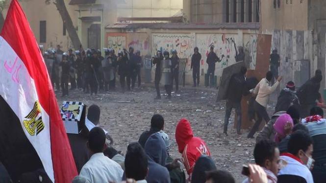 Demonstran berhadapan dengan pasukan keamanan di Kairo