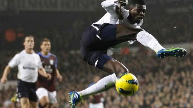 Gol Emmanuel Adebayor ke gawang Aston Villa