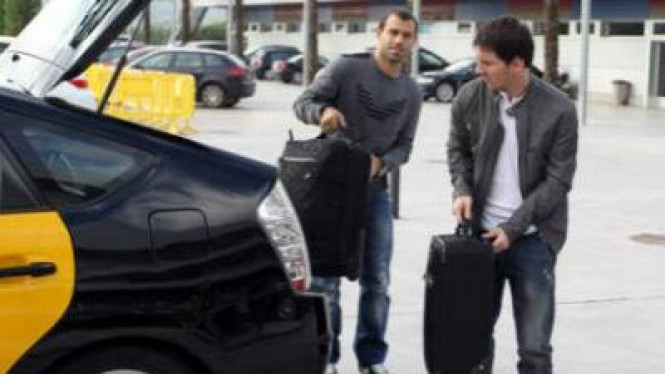 Messi dan Mascherano menaiki taksi
