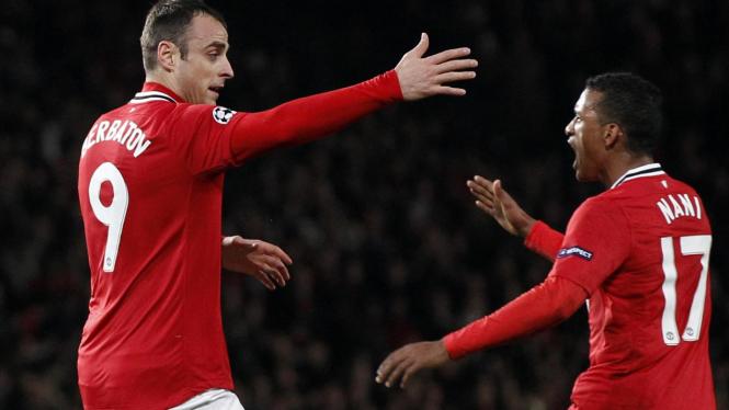 Dimitar Berbatov (kiri) usai cetak gol ke gawang Benfica