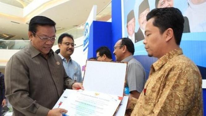 Pemberian sertifikat bayi 7 miliar
