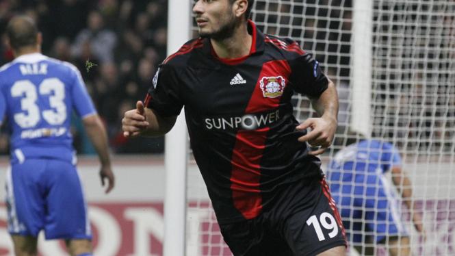 Eren Derdiyok rayakan gol ke gawang Chelsea