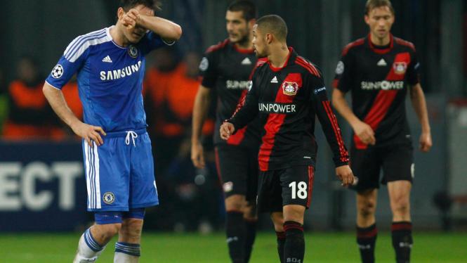 Pemain Chelsea Frank Lampard (biru) di pertandingan melawan Leverkusen