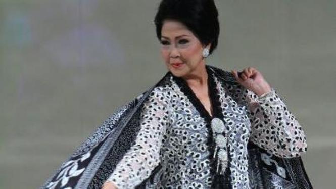Rima Melati mengenakan busana karya Ramli