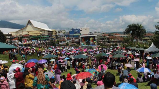 Warga Menyaksikan Pernikahan Ibas Aliya di Depan Istana Cipanas