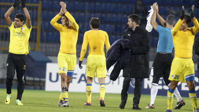 Para pemain APOEL rayakan keberhasilan lolos ke 16 besar