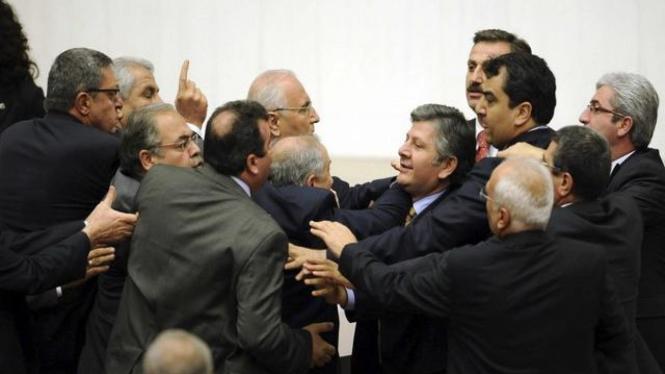 Suasana pertengkaran para anggota parlemen di Turki