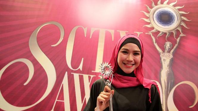 Zaskia Adya Mecca Raih Penghargaan SCTV Awards 2011
