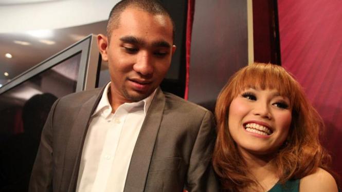 Ayu Ting Ting & Henry B. Hendarso (Enji)  di  SCTV Awards 2011