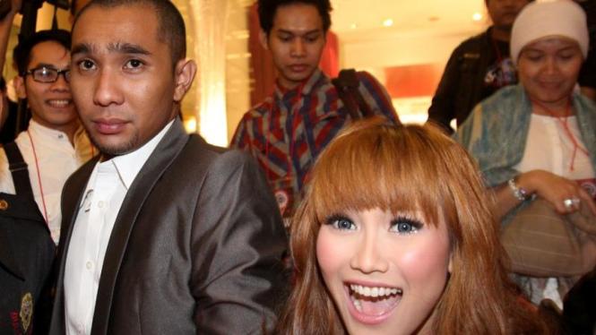 Ayu Ting Ting & Hendrie B. Hendarso (Enji)  di  SCTV Awards 2011