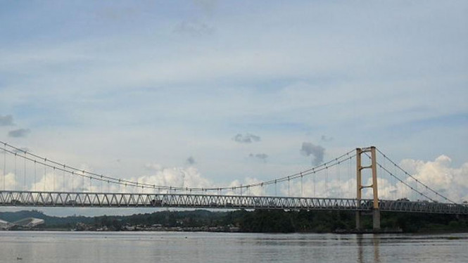 Jembatan Kutai Kartanegara sebelum runtuh