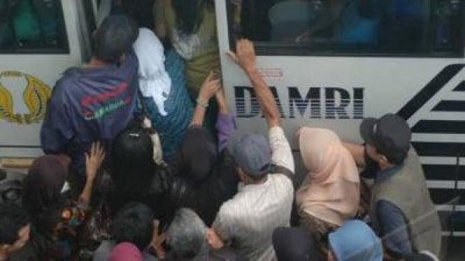 Antrean naik bus