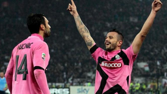 Simone Pepe (kanan) dan Mirko Vucinic merayakan gol