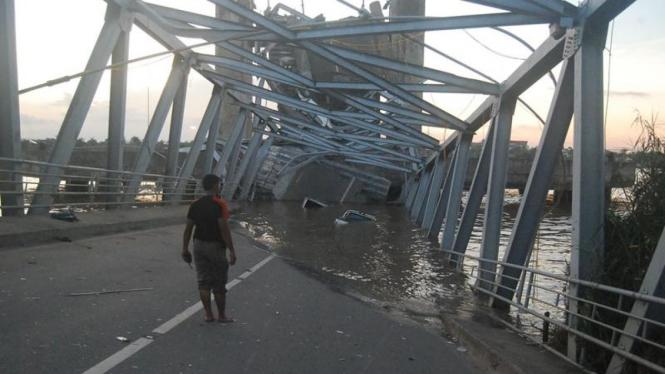 Jembatan Kutai Kartanegara runtuh