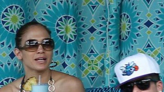 Jennifer Lopez mesra dengan pacar baru