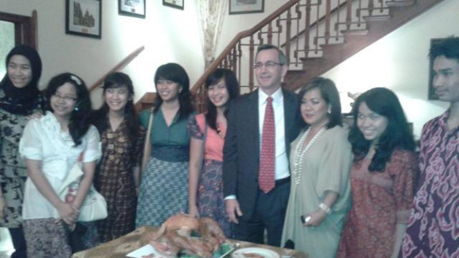 Dubes AS Scot Marciel (tengah) bersama para pelajar Indonesia