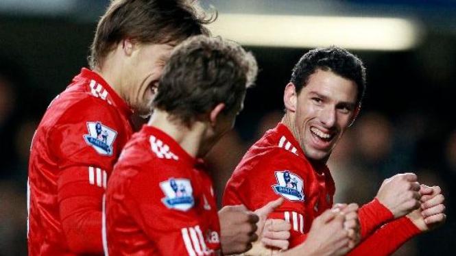 Maxi Rodriguez (kanan) merayakan gol Liverpool