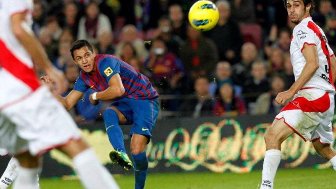 Alexis Sanchez mencetak gol pertama ke gawang Rayo Vallecano