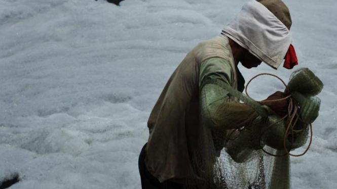 Menjala Ikan di Proyek Banjir Kanal Timur Yang Berbusa