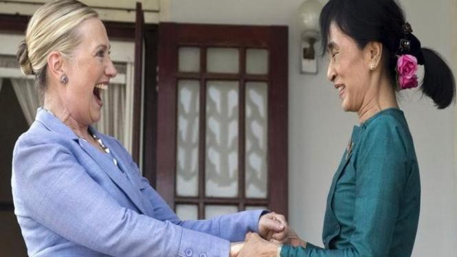 Menlu Hillary Clinton bersama dengan Aung San Suu Kyi