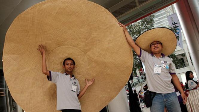 Topi Bambu Terbesar dipamerkan di Pesta Blogger 2011