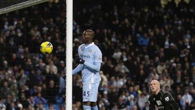 Mario Balotelli cetak gol dengan bahu ke gawang Norwich City