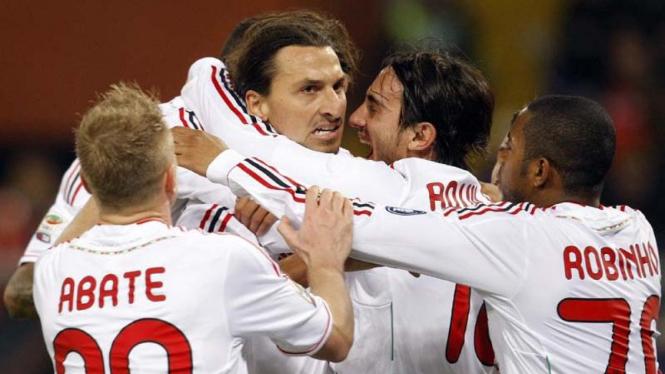 Zlatan Ibrahimovic merayakan gol bersama punggawa Milan