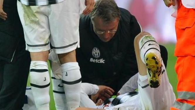 Alessandro Del Piero mengerang kesakitan setelah dihajar Marco Rossi