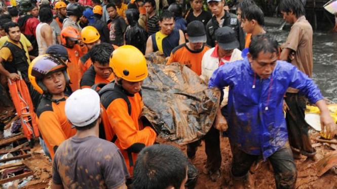 Evakuasi Korban Tembok Roboh di Makasar