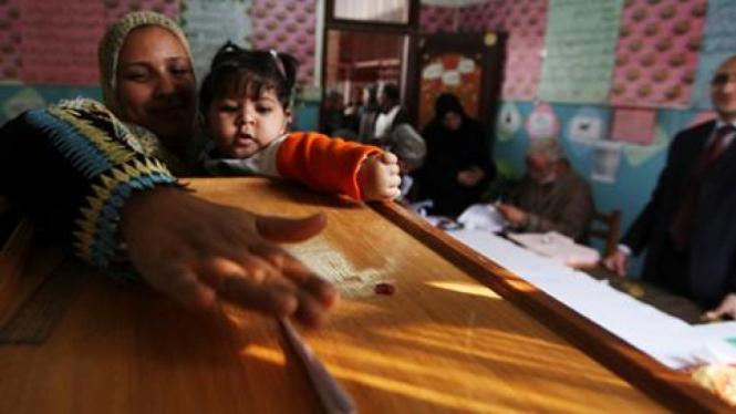 Seorang ibu memilih pada pemilu pertama Mesir November 2011