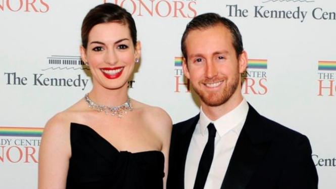 Anne Hathaway dan Adam Shulman - Reuters