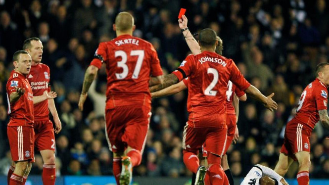 Pemain Liverpool, Jay Spearing (kiri) saat dapat kartu merah melawan Fulham