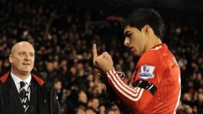 Luis Suarez mengacungkan jari tengah ke fans Fulham