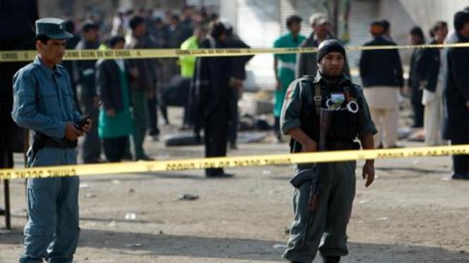 Polisi di Kabul berjaga pasca pengeboman di kuil Syiah