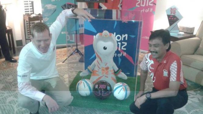 Menteri Andi Mallarangeng bersama Maskot Olimpiade London 2012