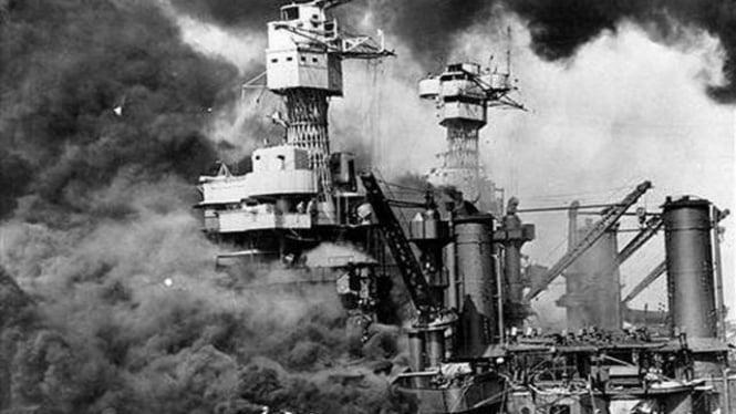 Serangan Jepang atas pangkalan militer AS di Pearl Harbor.