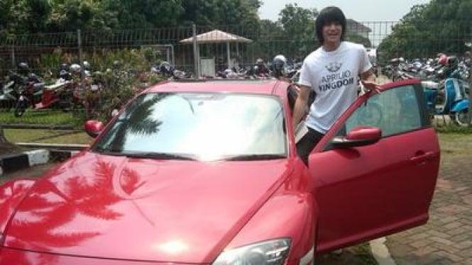 Kevin Aprilio dan mobil merah