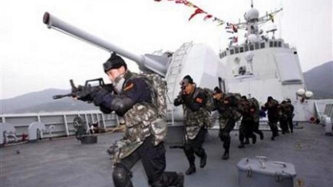 Pasukan Khusus AL China berlatih di atas kapal perang.