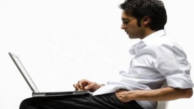 Laki-laki menggunakan komputer laptop