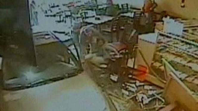 Rekaman CCTV Mobil tabrak restoran