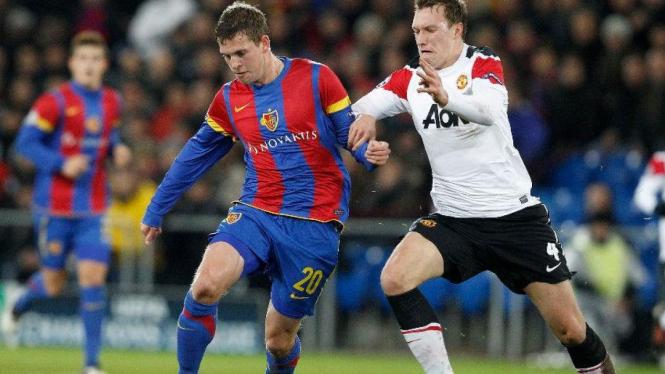 Phil Jones (kanan) saat Manchester United melawan Basel