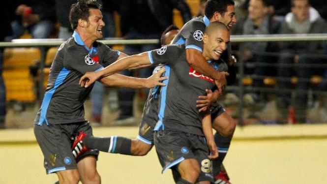 Pemain Napoli rayakan gol Gokhan Inler saat lawan Villarreal