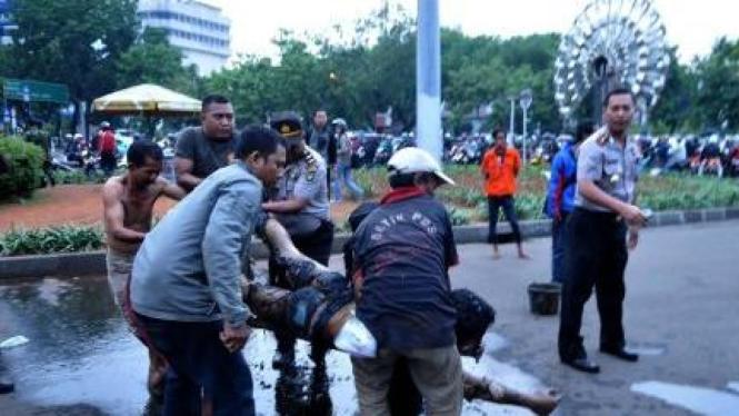 Pelaku bakar diri di depan Istana, Jakarta, digotong