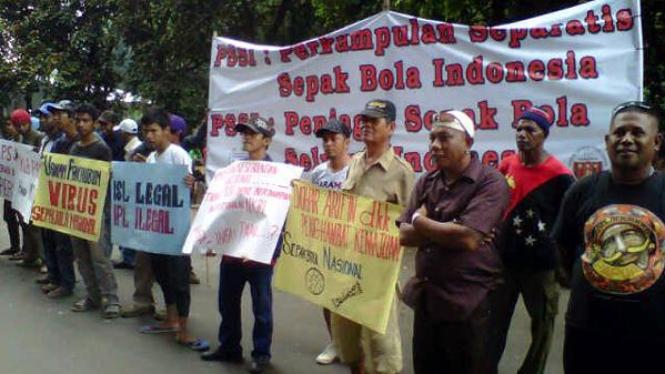 Suporter Persipura demonstrasi di Senayan