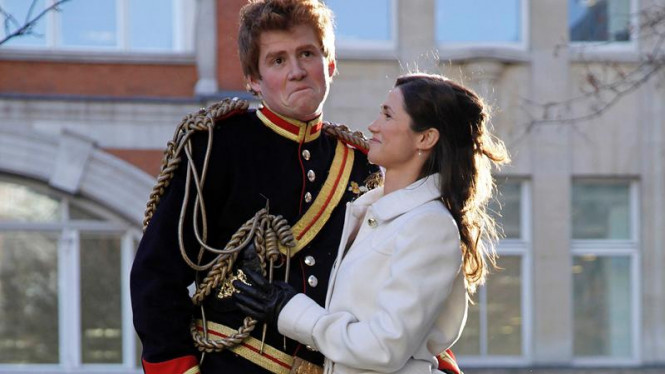Dua orang model yang berdandan mirip Pangeran Harry dan Pippa Middleton