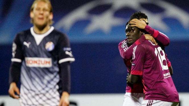 Lyon merayakan gol Bafetimbi Gomis lawan Dinamo Zagreb