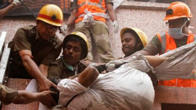 Upaya penyelamatan korban di rumah sakit yang terbakar di India