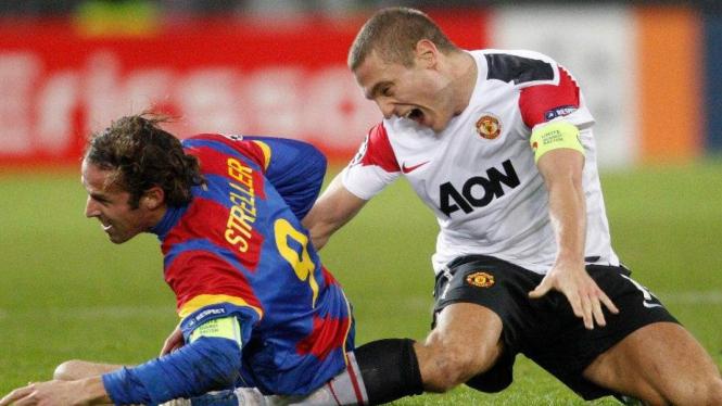 Nemanja Vidic (kanan) saat cedera melawan Basel